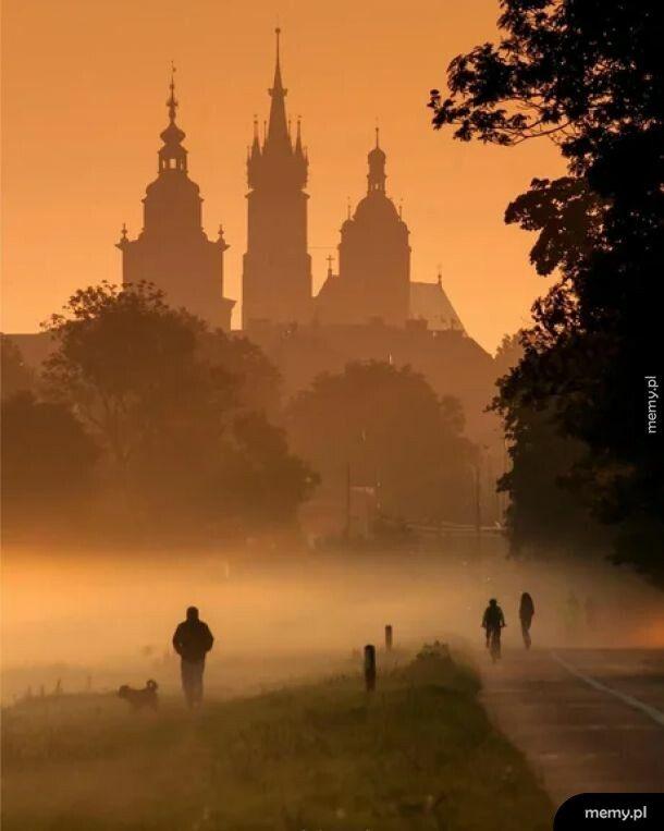 Miasto spowite mgłą