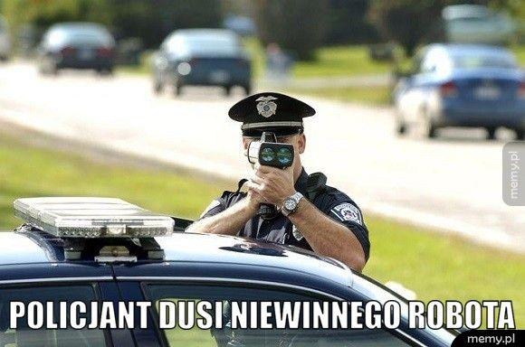 Policjant dusi niewinnego robota