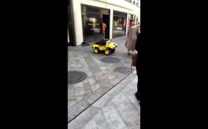 Patrz na żółte autko
