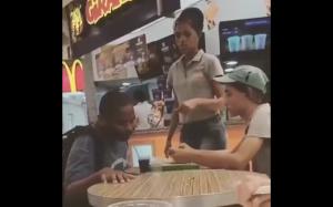 Pracownik fast fooda pomaga zjeść niepełnosprawnemu chłopakowi