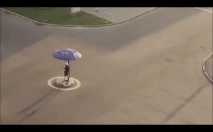 Północnokoreańska policjantka kieruje ruchem