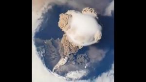 Wybuch wulkanu widoczny z orbity ziemskiej
