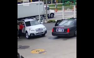 Dziewczyna wskoczyła na samochód, aby powstrzymać złodzieja