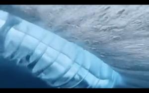 Fala się załamuje pod wodą