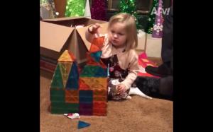 Dziecko próbujące odbudować katedrę Notre Dame