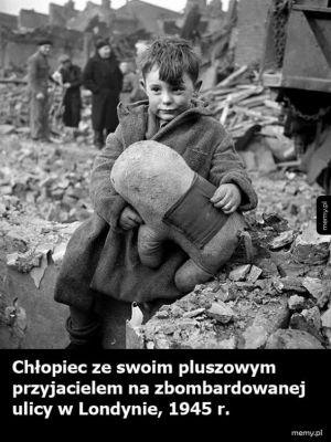 Chłopiec z pluszakiem