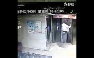 Tak się kończy kopanie w drzwi windy