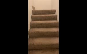 Próba zejścia ze schodów