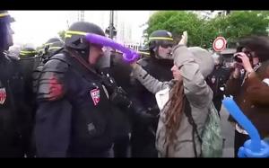 Brutalny policjant